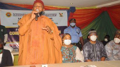 Photo of Hon. Tijani Adetoyese Olusi distributes cash to Lagos Islanders