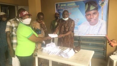 Photo of Reps member gives 50 constituents N20,000 cash